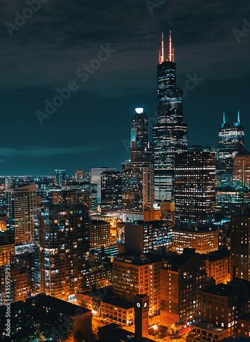 Fototapeta premium Downtown chicago pejzaż miejski panoramę wieżowców w nocy