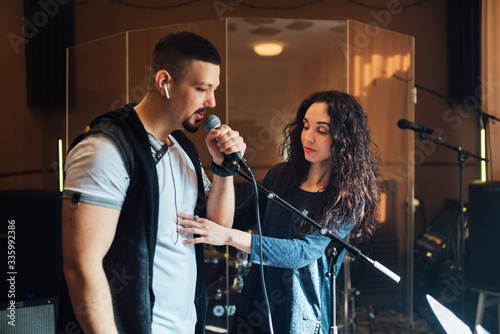 Fotografia Woman coaching a male vocalist or singer