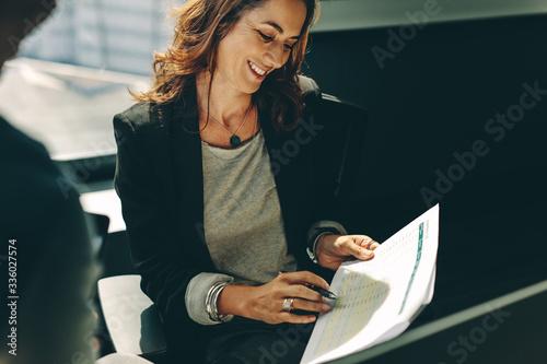 Obraz Colleagues analyzing business performance - fototapety do salonu