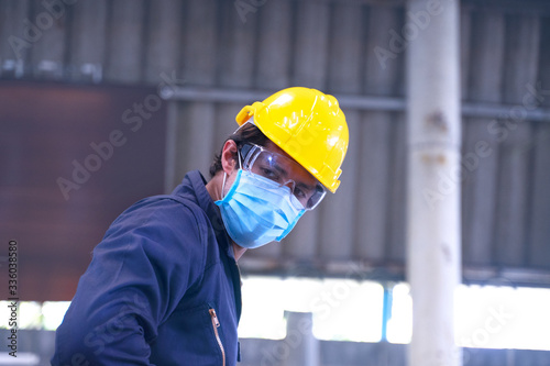 Photo Industrial man works with a face mask