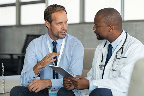 Fotografiet Doctor in conversation with pharmaceutical representative
