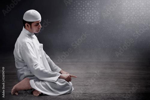 Religious asian muslim man praying Fototapeta