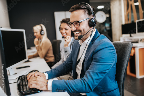 Team of call center employees working together on office. Fototapet