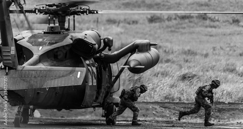 Fotomural ヘリコプターから展開する歩兵