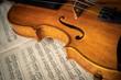Nahaufnahme einer Geige auf Notenblättern.
