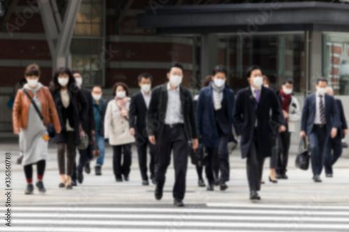Photo マスク姿のビジネスマンたち ボカシ写真