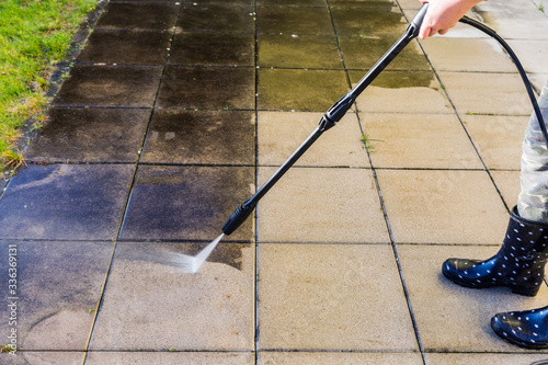 Fotografia Cleaning terrace with high-pressure water blaster