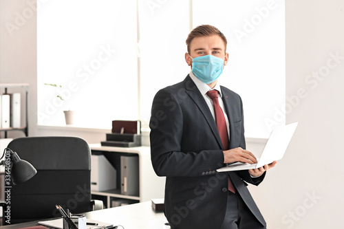Photo Male lawyer in protective mask working in office