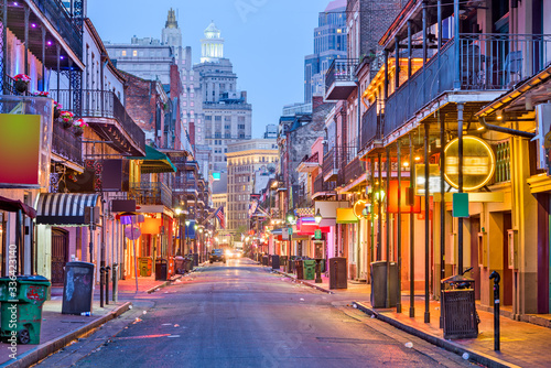 Fotografía Bourbon St, New Orleans, Louisiana, USA cityscape of bars and restaurants at twilight