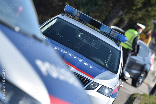 Fotomural Corona-Krise - Polizei-Kontrollen - Die Ausgangsbeschränkungen werden in Österre