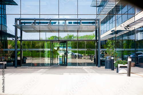 Fotografía Main entrance to business building convenience center with glass doors and steel