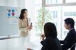 セミナーを開講する女性講師