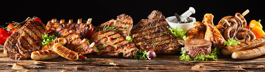 Razno gurmansko meso s roštilja na drvenoj ploči