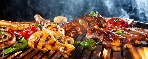 Foto Assorted meat grilling over a BBQ outdoors