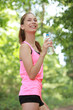 Jeune femme s'hydratant pendant son footing