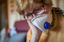 Seniorin Mit Atemschutzmaske