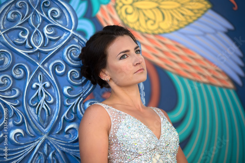 Photo Beautiful sad woman with an astute look. Serious woman.