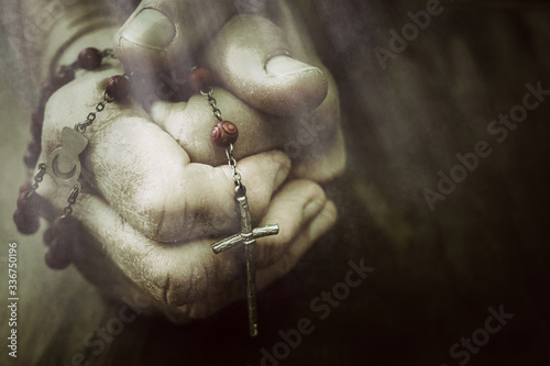 Old wrinkled woman hands holding a rosary Fototapete