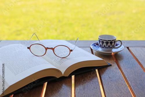 Valokuvatapetti libro abierto con gafas sobre la mesa jardín 4M0A9545-as20