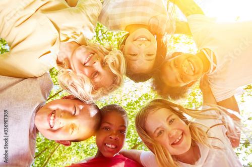 Fotografie, Obraz Glückliche multikulturelle Kinder im Kreis
