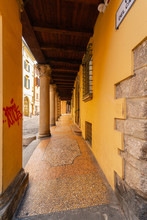 Bologna Centro Storico Reportage Abbandonata Antica Solitudine Medioevo Giornata Di Sole Strade Città Portici Pavimento Veneziana Via Del Carro Travi Legno