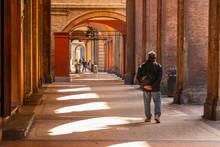 Bologna Centro Storico Reportage Abbandonata Antica Solitudine Medioevo Giornata Di Sole Strade Città Portici Pavimento Veneziana Via Strade Maggiore Uomo Umarel