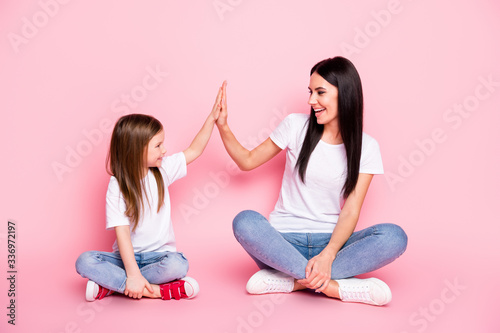 Fotografía Full body photo of attractive young mom small daughter best friends sit floor cr