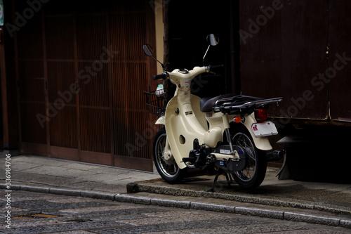 雨上がりの朝・京町屋とオートバイ
