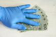 Rękawice ochronne pomagają chronić przed koronawirusem przenoszonym przez pieniądze.