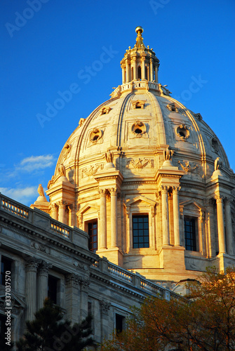 Sunlight bathes the dome of the Minneapolis State Capitol building in St Paul Canvas-taulu