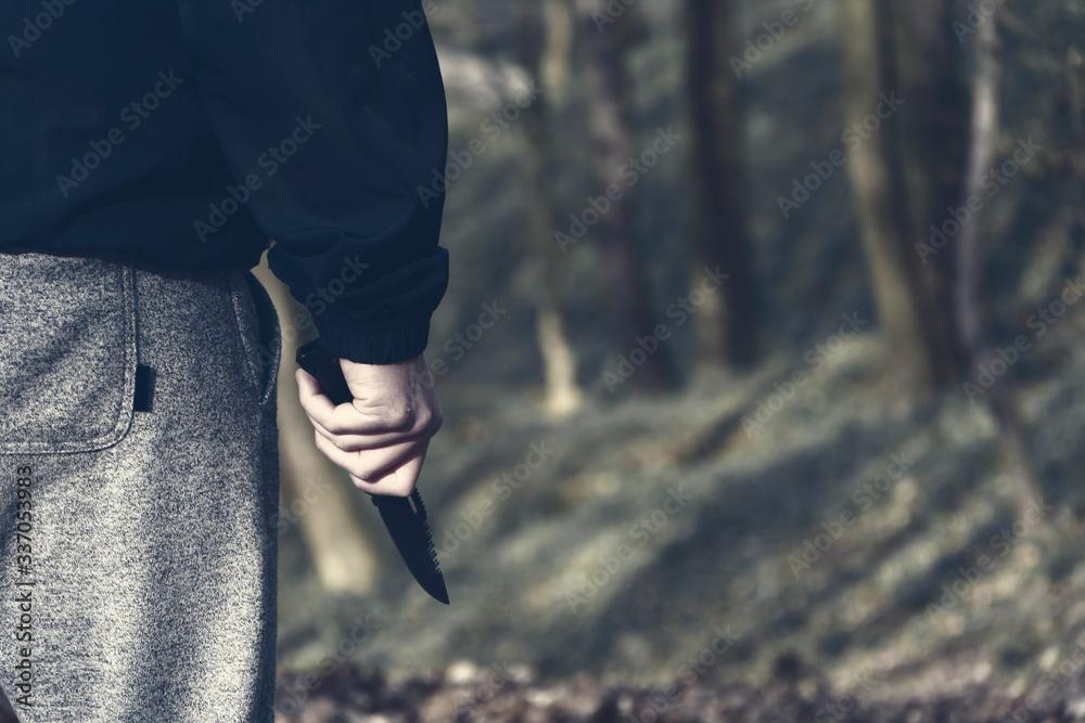 Mężczyzna ze scyzorykiem w ręce