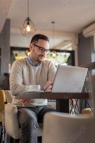Cuadros en Lienzo Male freelancer working on a laptop computer
