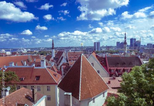 Fototapeta Unikalny widok na miasto Tallinn zabytkowe budynki i klimatyczne uliczki stolicy Estonii obraz