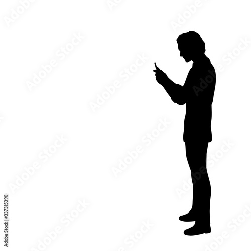 Photo Silhouette of man looking at the phone