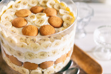 Banana Pudding, Popular In The Southern United States, Made With Vanilla Wafer Cookies, Pudding, Whipped Cream, And Banana Slices. Shown In A Trifle Bowl.