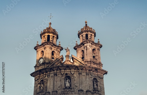 Photo Low angle shot of a church in Spain under a clear blue sky