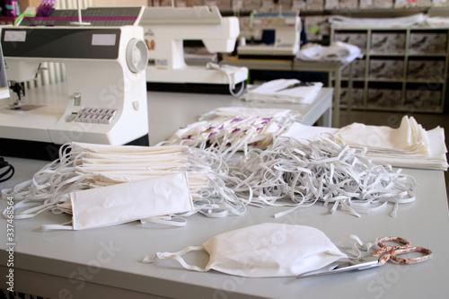 Schneiderei mit Nähmaschinen, Baumwollstoff und Gummilitze bei der Produktion vo Wallpaper Mural