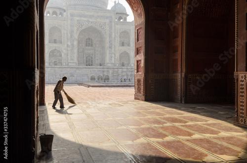 Cuadros en Lienzo Mosque sweeper at the Taj Mahal, Agra, India