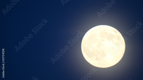 Foto Low Angle View Of Moon Against Clear Sky At Night
