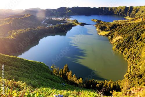 Naklejka premium Malowniczy Widok Na Jezioro Wśród Krajobrazu Na Azorach Podczas Zachodu Słońca