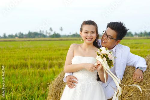 Outdoor portrait of asian bride and groom Tapéta, Fotótapéta