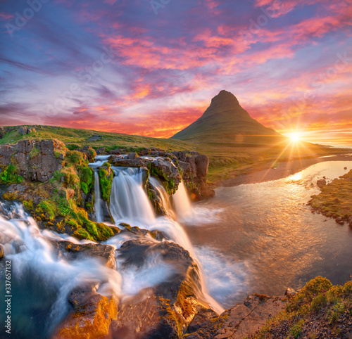 Obrazy kontynenty  beautiful-landscape-with-sunrise-on-kirkjufellsfoss-waterfall-and-kirkjufell-mountain-iceland-europe