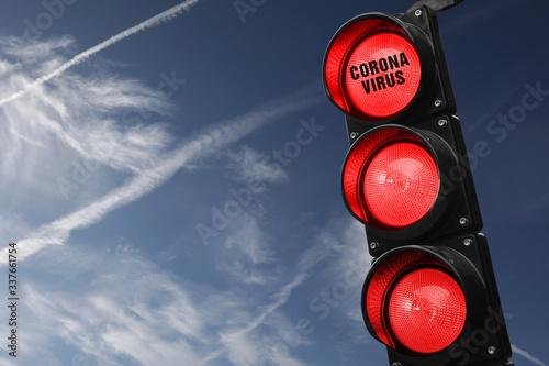 Cuadros en Lienzo Semaforo con tre luci rosse accese e scritta corona virus su cielo  azzurro con