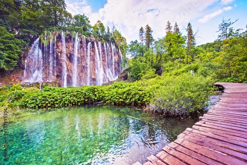 Naklejka premium Niesamowicie piękny bajeczny magiczny krajobraz z mostem w pobliżu wodospadu w Plitvicach w Chorwacji (medytacja harmonii, antystres - koncept)