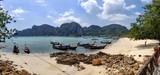La baie de Phang Nga est une baie de la mer d'Andaman située dans le sud de la Thaïlande. Elle s'ouvre vers le sud, entre la province de Phuket à l'ouest, Phang Nga au nord et celle de Krabi à l'est.