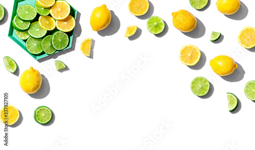 Photo Fresh lemons and limes overhead view - flat lay