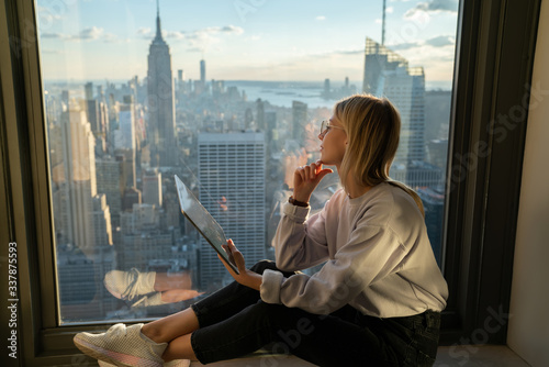 Photo Contemplative female freelancer dreaming about walk around Manhattan district, r