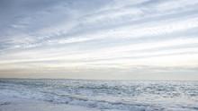 早朝の海のリフレクシ...