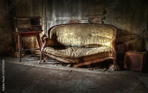 Obraz Damaged Sofa In Abandoned Room - fototapety do salonu