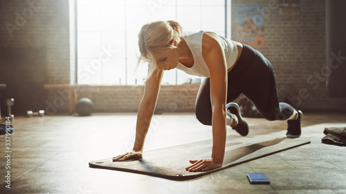 Billede på lærred Beautiful and Young Girl Doing Running Plank Exercise on Her Fitness Mat